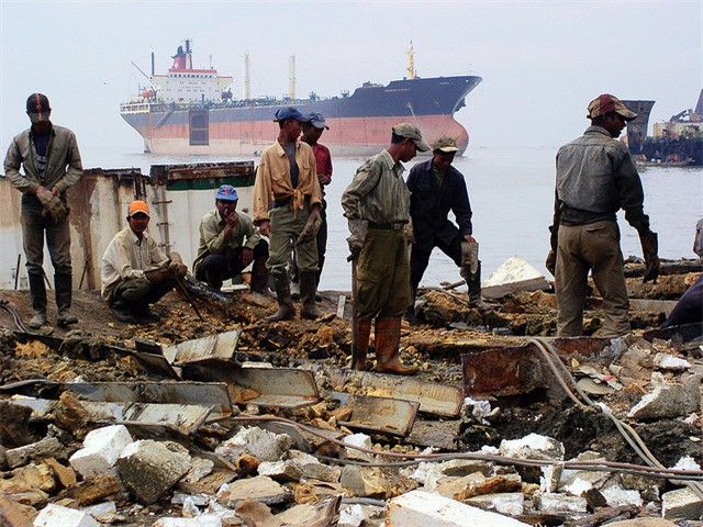 Ship-breaking in Chittagong, Bangladesh. Asbestos is a serious pollution issue in this dangerous work [Adam Cohn]