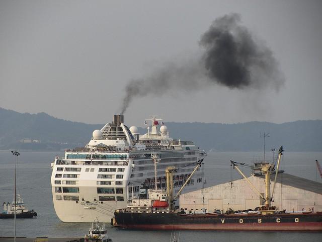 Tour ship smoke pollution [Jason Thien]